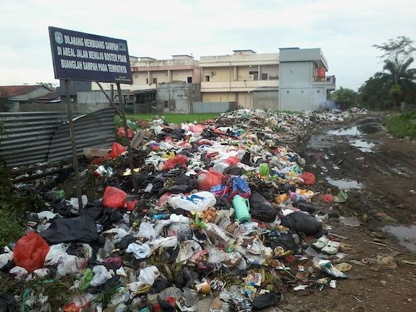 Tumpukan Sampah Rumah Tangga di Komplek Pondok Indah Lestari Kubu Raya