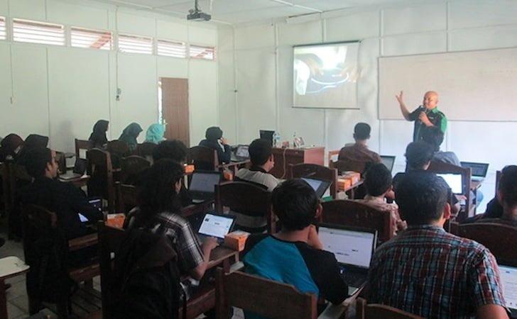 Blogger Borneo Sedang Memberikan Pelatihan Blog di FAPERTA UNTAN 2015