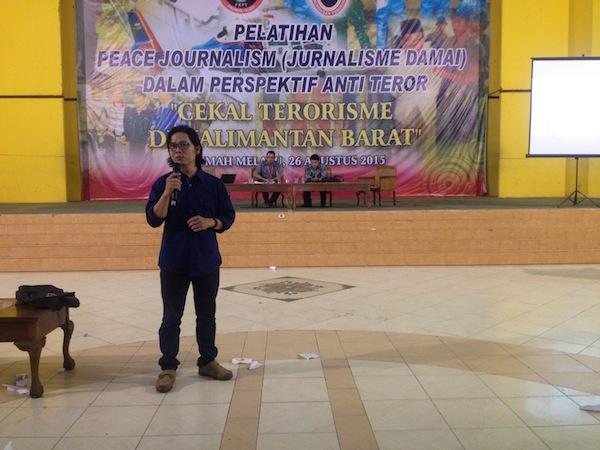 Alexander Mering Sedang Memberikan Presentasi Mengenai Konsep Jurnalisme Kampung Menangkal Terorisme