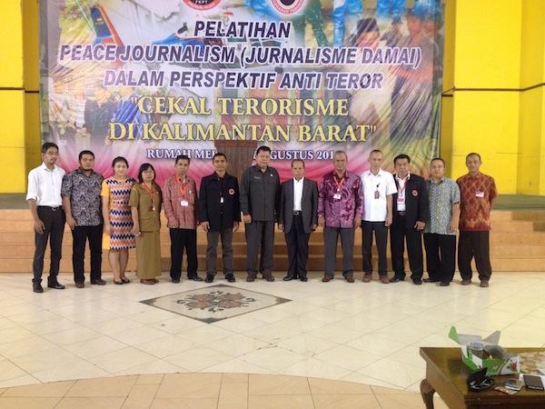 Foto Bareng Panitia Bersama Pemateri Pelatihan Jurnalisme Damai di Pontianak