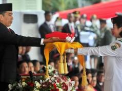 Maria Sedang Menerima Duplikat Bendera Kebangsaan dari Presiden Jokowi