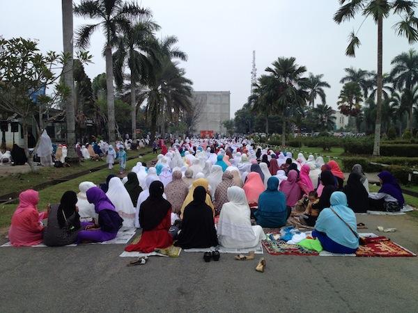 Para Peserta Tabligh Akbar Tampak Memenuhi Halaman Auditorium Untan Pontianak (Foto: Dok. Pribadi)