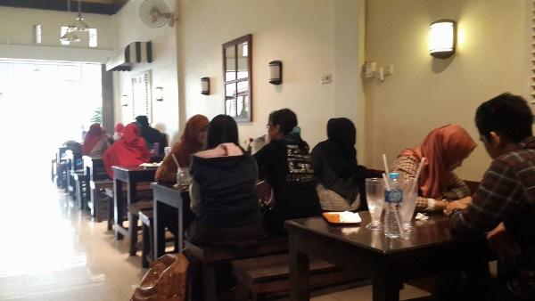 Cafe and Resto Rumah Qte Suasana Makan Siang