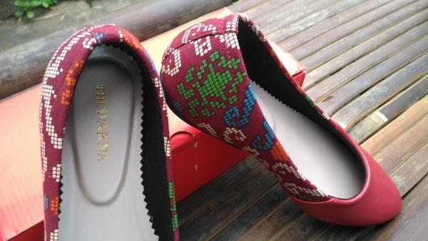 Model Sepatu Batik The Warna Red Borneo