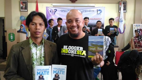 Milad FLP 19 Kalbar - Kado Buku dari Komunitas Blogger Pontianak