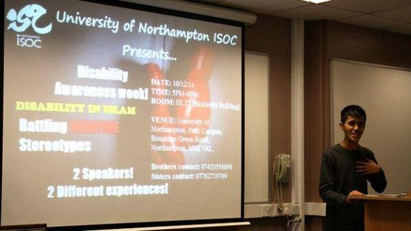 Muhammad Zulfikar Sedang Memberikan Presentasi