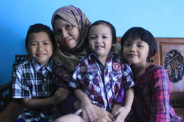 Foto Almarhumah Semasa Hidup Bersama Anak-Anaknya