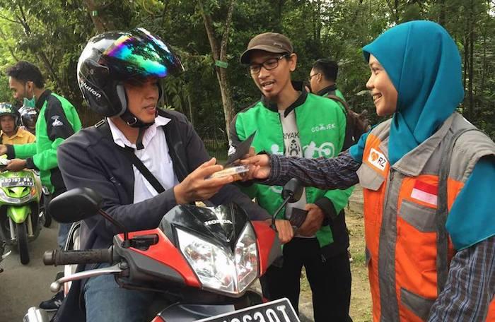 Relawan Rumah Zakat Kalimantan Barat Sedang Berbagi Takjil